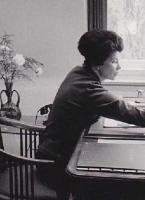 Ingeborg Schuldt-Britting an Brittings Schreibtisch in der Münchener Wohnung 1964, kurz nach Georg Brittings Tod (Foto: Hans-Joachim Schuldt)