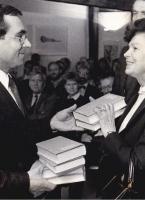 Übergabe der ersten beiden Bände der kommentierten Britting-Ausgabe von Dr. Lutz vom Süddeutschen Verlag an Ingeborg Schuldt-Britting (Foto: Privat, Fotograf unbekannt)